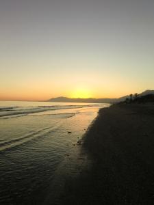 Aftentur ved stranden. Jeg ville ønske, jeg boede ved havet og altid kunne lytte til bølgerne og se det skiftende lys.