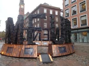 Jens Galschiøt har opstillet endnu et kunstværk ved Københavns Rådhus. det er værd at betragte og tænke over.